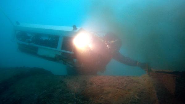 Robot et plongeurs cohabitent